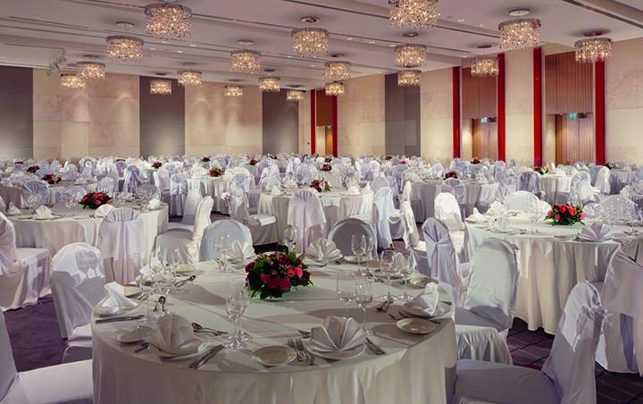 Величественный «Бальный» зал вмещает до 300 человек и предоставляет настоящий шанс воплотить в жизнь свадьбу вашей мечты