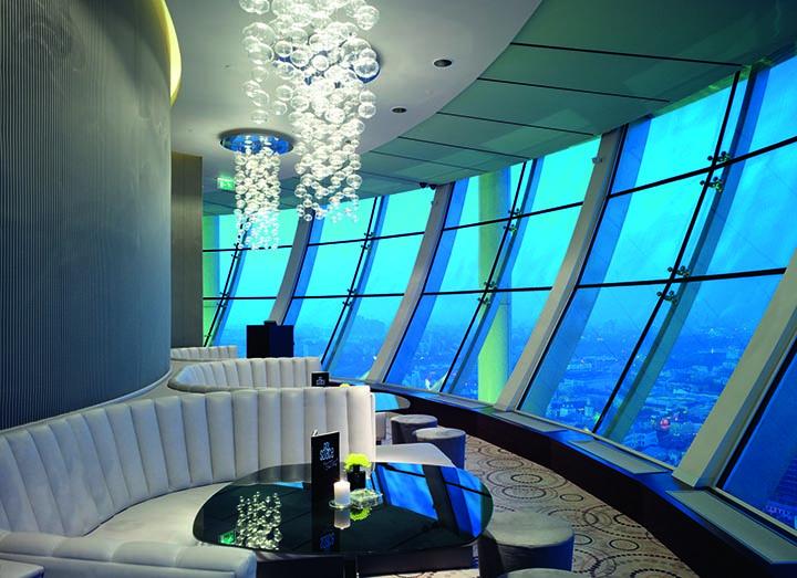 """В «Swissôtel Красные Холмы» молодожены могут провести свадебную фотосессию впанорамном баре """"City Space Bar & Lounge"""" на34-м этаже отеля. При проведении свадебного торжества в отеле час фотосъемки предоставляется бесплатно"""