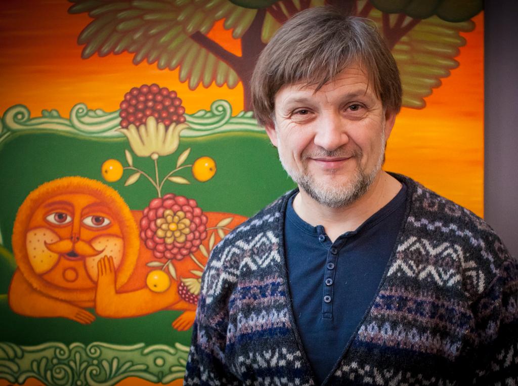 Дмитрий Ершов на фоне своей картины «Лев», из цикла «Знаки»
