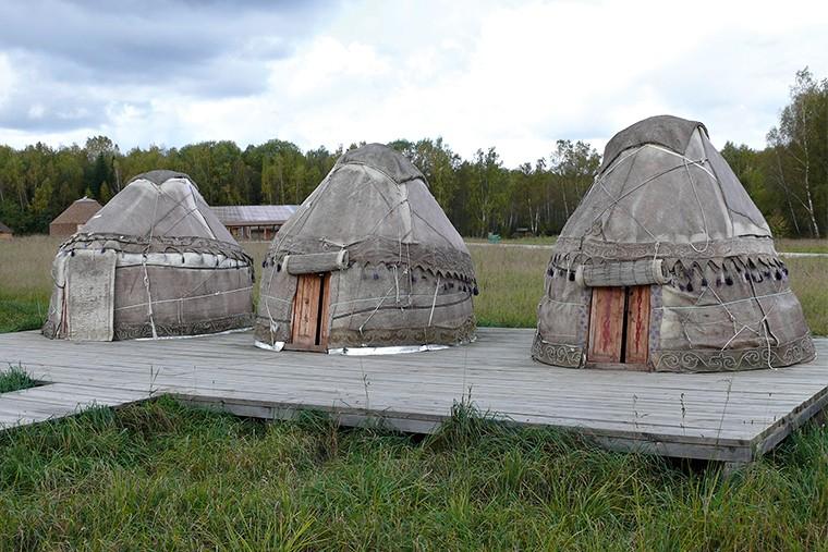 Этнодвор «Страны Центральной Азии». Первым этапом строительства «Этномира» была установка Юртового лагеря