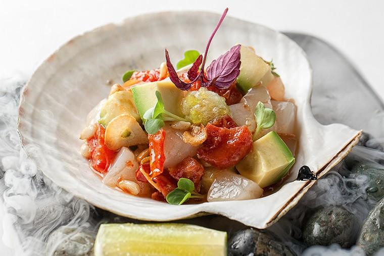 Фрикасе из гребешка с хрустящим чесноком, вялеными томатами и сорбе из цедры лайма
