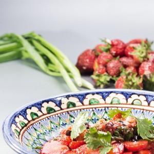 Салат из клубники с луком