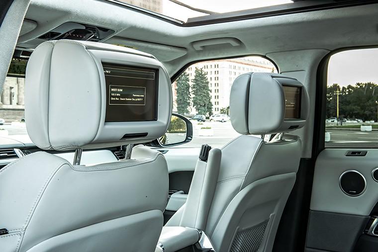 Экраны развлекательной системы вмонтированы в подголовники передних сидений