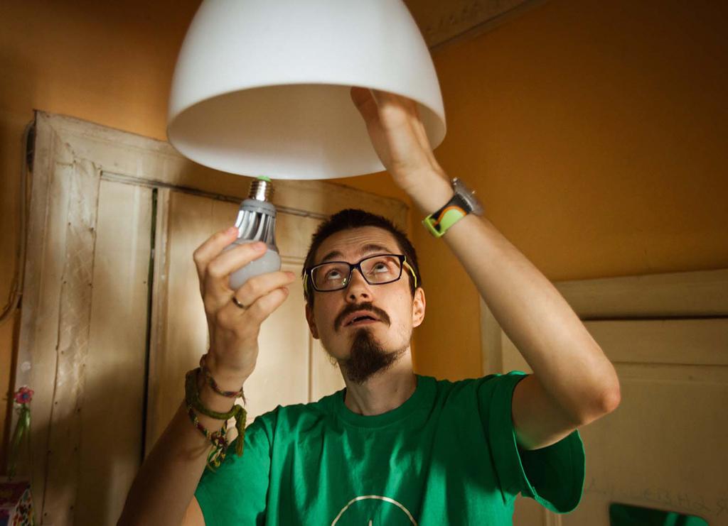 Грамотная установка светодиодных ламп позволяет сберегать Роману до 70% электроэнергии по сравнению с обычными лампапми накаливания