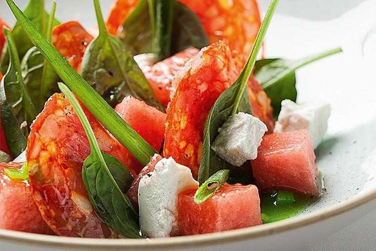 Салат из арбуза с чоризо и козьим сыром под соусом из луховицких огурцов