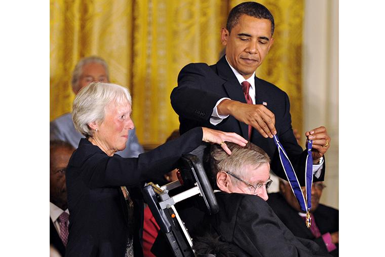 Барак Обама награждает Стивена Хокинга медалью Свободы. 2009 г.