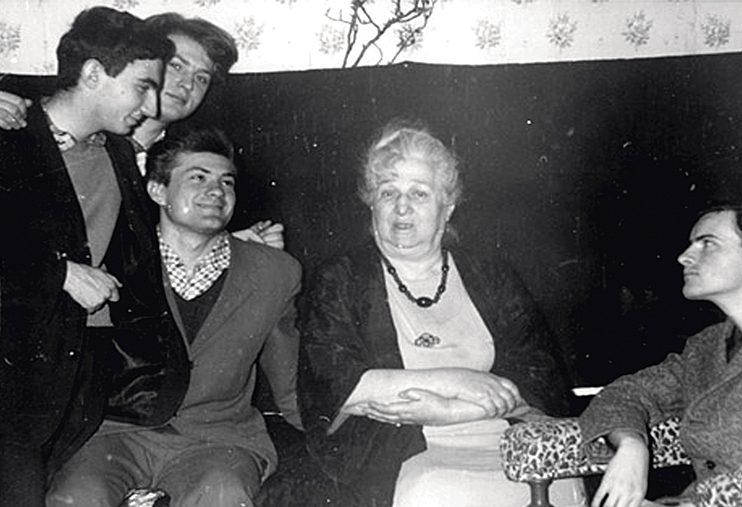 У Анны Ахматовой после исполнения Девятого квартета Шостаковича. Слева направо: Соломон Волков, Виктор Киржаков, Валерий Коновалов, Анна Ахматова, Станислав Фирлей. Комарово, 16 мая 1965 г.