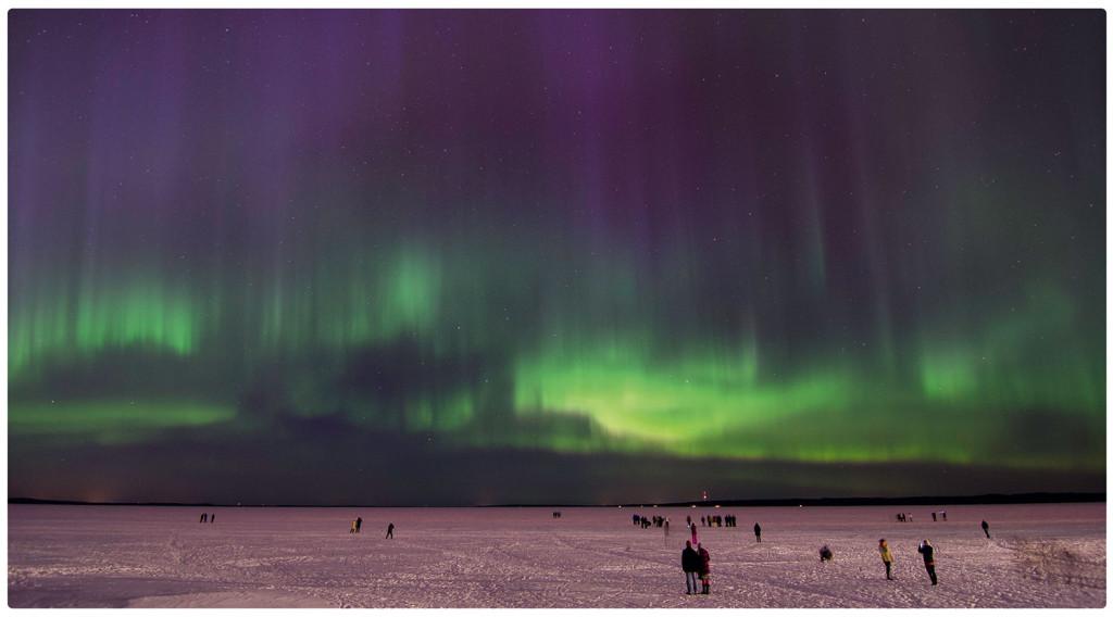 Северное сияние над заснеженным озером