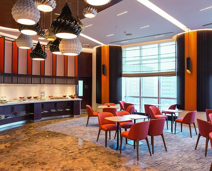 Гостям, проживающим в номерах категории выше стандартного, предоставляется доступ в Эксклюзивную Швейцарскую гостиную, где их ждут особые привилегии.