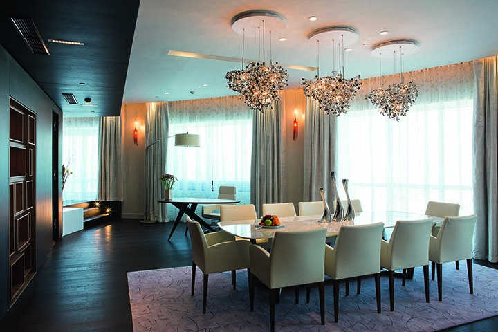 В самом центре номера площадью 272 кв. м. - большая многофункциональная гостиная. Обеденная зона и зона отдыха способны с комфортом вместить до 10 человек.