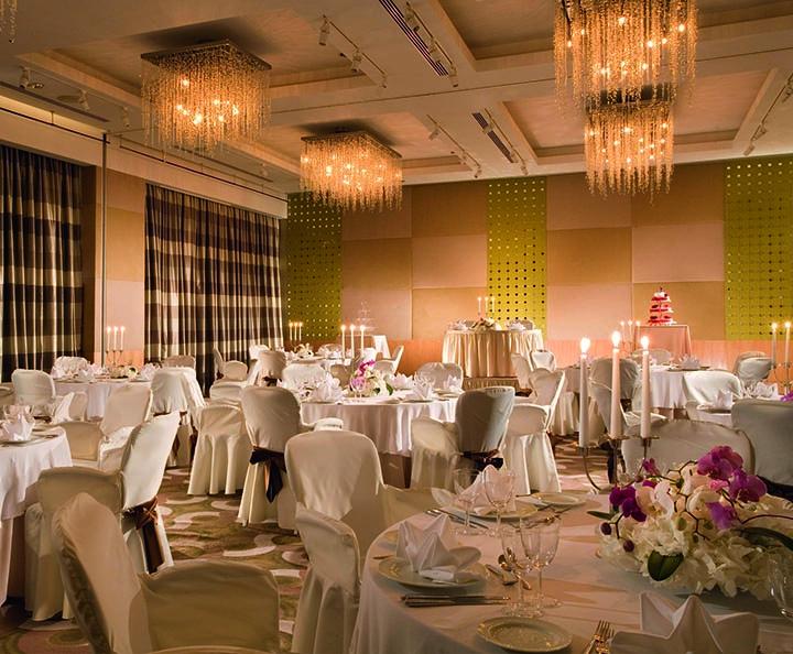Зал «Цюрих», украшенный роскошными люстрами, подойдет для свадьбы со множеством гостей. Прямоугольная форма зала создает неограниченные возможности для расстановки столов и выбора места для сцены, придавая каждой свадьбе индивидуальность